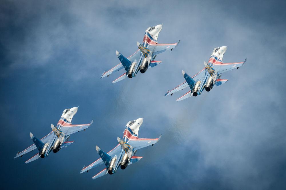 Samoloty Su-27 grupy akrobacyjnej Rosyjscy Rycerze podczas próby ceremonii otwarcia Międzynarodowych Gier Wojsckowych - 2015 w Moskwie