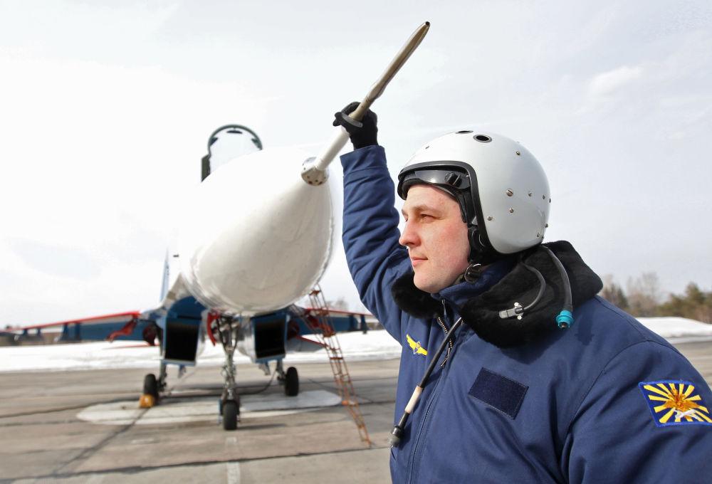 Pilot po lotach na bazie lotniczej Kubinka