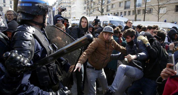 Uczestnicy manifestacji przeciwko reformie prawa pracy w Paryżu
