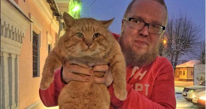 Prezenter Siergiej Stillawin z kotem Marajem przy muzeum historyczno-artystycznym w Serpuchowie