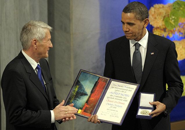 Barack Obama odbiera Pokojową Nagrodę Nobla z rąk Thorbjorna Jaglanda