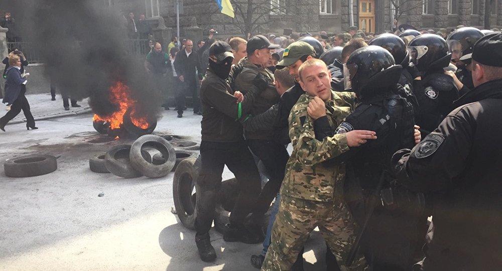 Protesty przed budynkiem administracji prezydenta Ukrainy w Kijowie
