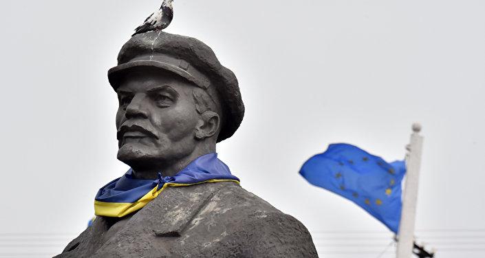 Pomnik Lenina na Ukrainie z flagą UE na tle