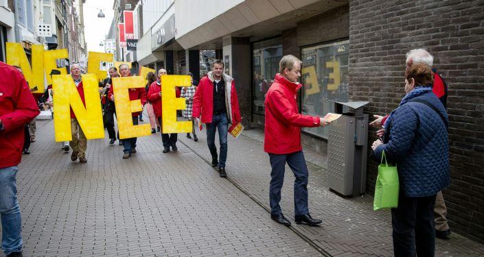 Harry van Bommel z Partii Socjalistycznej rozdaje ulotki na ulicach Hagi przeciwko umowie stowarzyszeniowej UE z Ukrainą