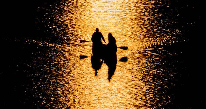 Łódka na wodzie.