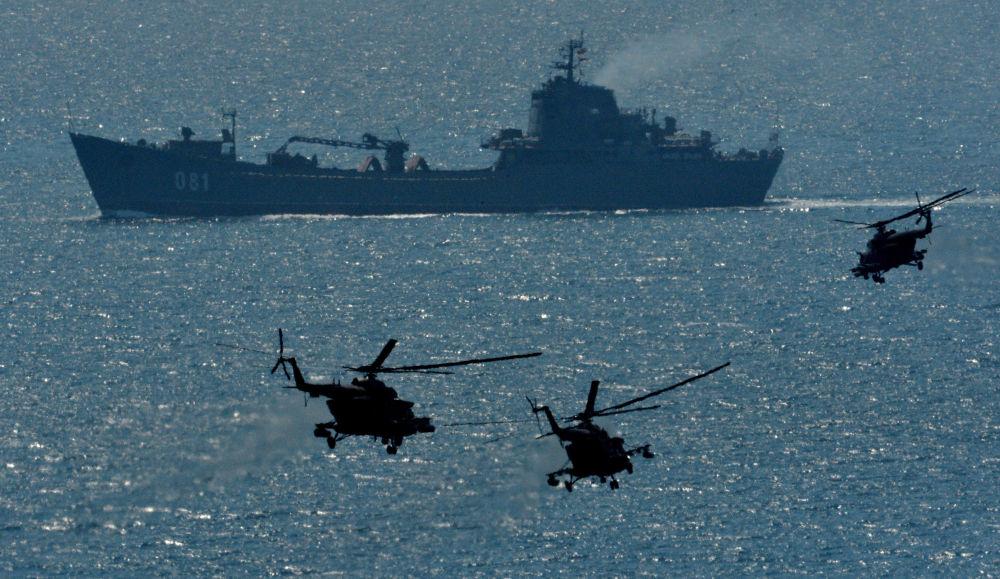 Wielki okręt desantowy Nikołaj Wiłkow i śmigłowce Mi-8AMTSz