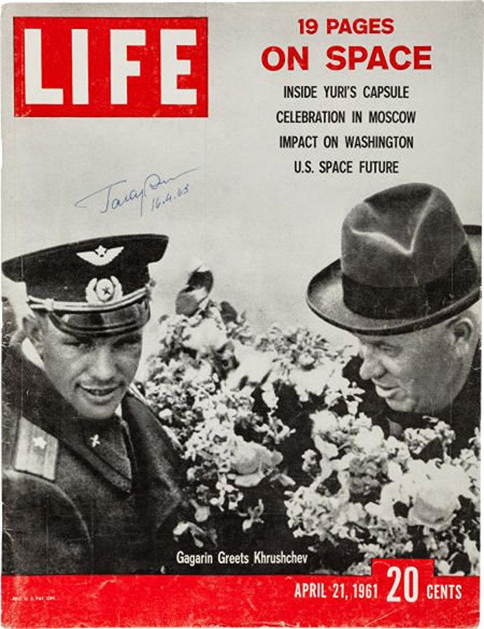 Czasopismo Life z autografem Jurija Gagarina i tytułem 19 stron o kosmosie