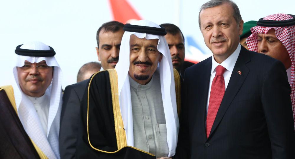 Król Arabii Saudyjskiej Salman ibn Abd al-Aziz Al Su'ud i prezydent Turcji Recep Tayyip Erdogan