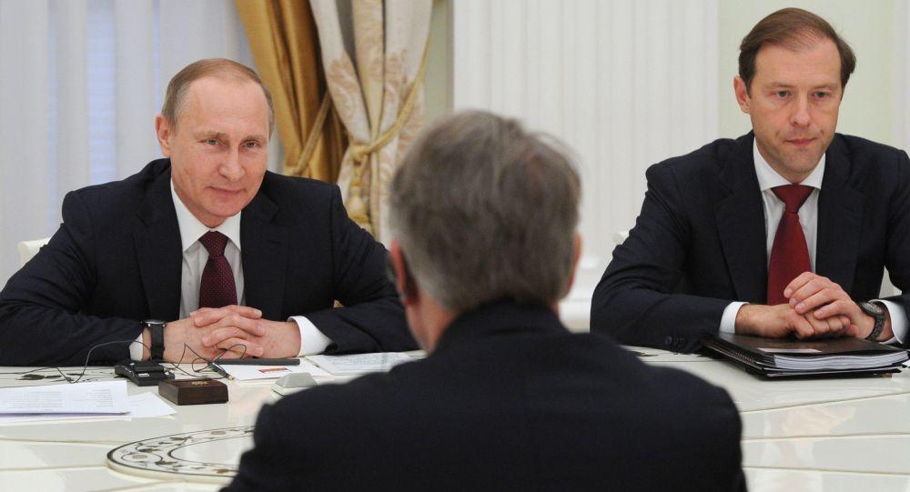 Prezydent Rosji Władimir Putin i minister przemysłu i handlu Rosji Denis Manturow podczas spotkania na Kremlu