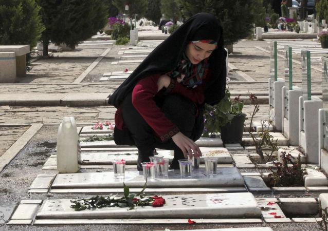 Dziewczyny na cmentarzu Behesht-e Zahra w Teheranie, Iran