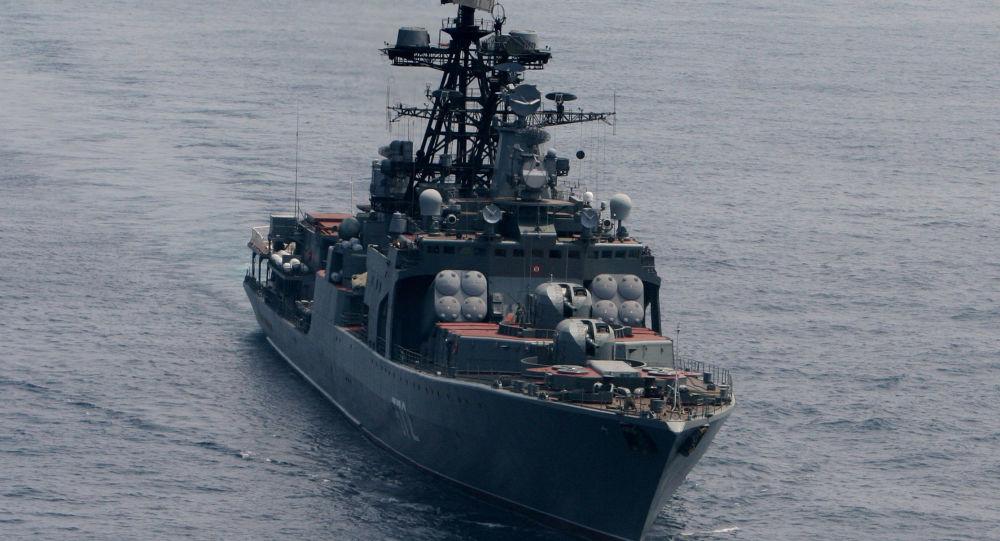 Duży okręt do zwalczania łodzi podwodnych Admirał Winogradow podczas ćwiczeń wojenno-morskich na Morzu Japońskim