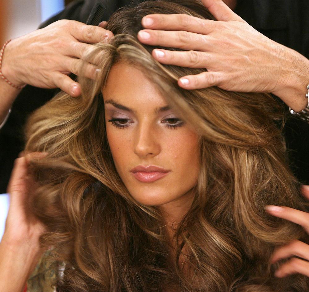 Modelka Alessandra Ambrosio w garderobie przed rozpoczęciem show Victoria's Secret Fashion Show w Hollywoodzie
