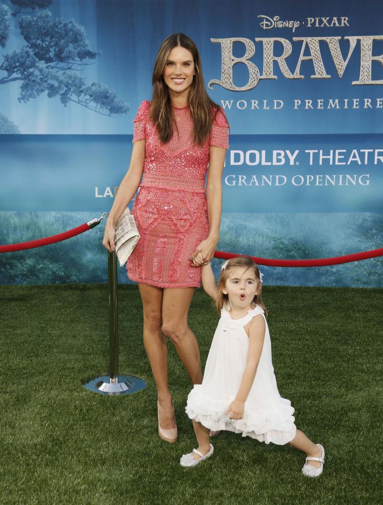 Modelka Alessandra Ambrosio z córką na premierze filmu animowego Merida Waleczna