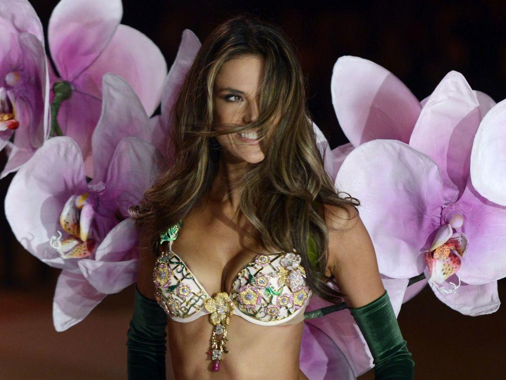 Modelka Alessandra Ambrosio na pokazie Victoria's Secret
