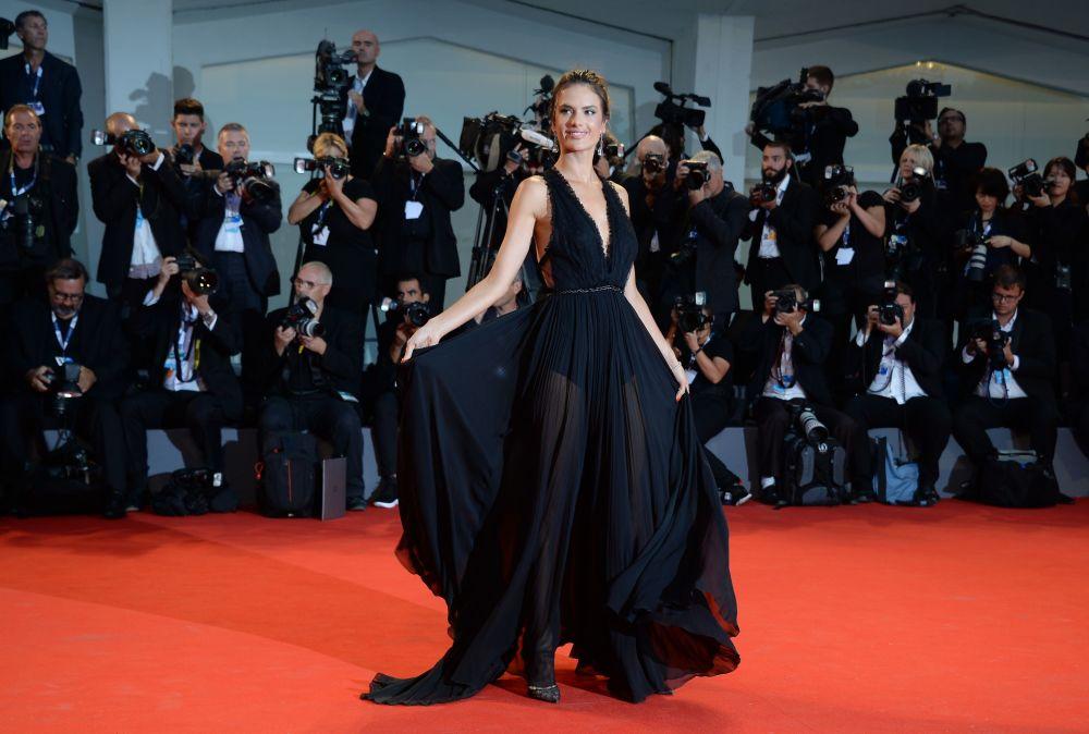 Modelka Alessandra Ambrosio na czerwonym dywanie 72. Międzynarodowego festiwalu filmowego w Wenecji