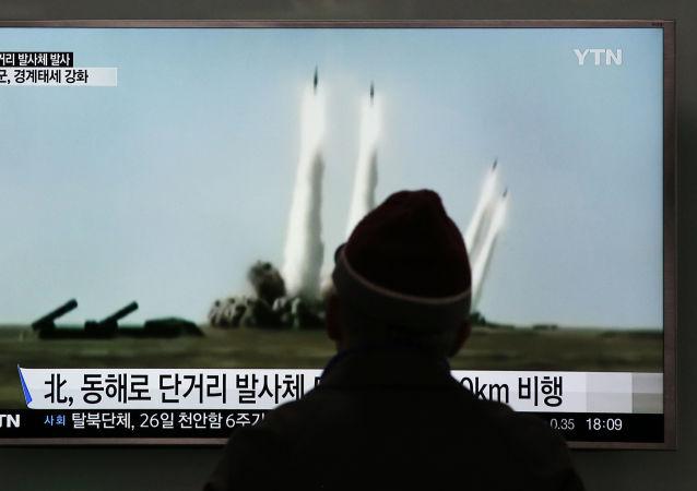 Reportaż południowokoreańskiej telewizji przedstawiający ujęcia startu rakiet w Korei Północnej