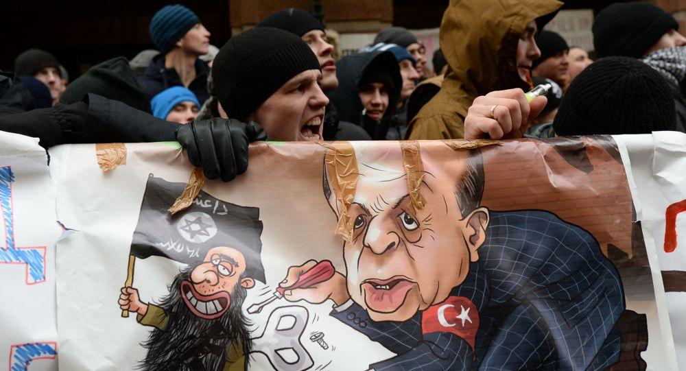 Uczestnicy akcji protestacyjnej przeciwko działaniom tureckich sił powietrznych pod ambasadą Turcji w Moskwie