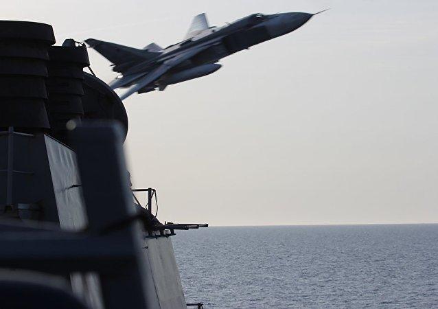 Bombowiec SU-24 przelatuje nad amerykańskim okrętem na Morzu Bałtyckim
