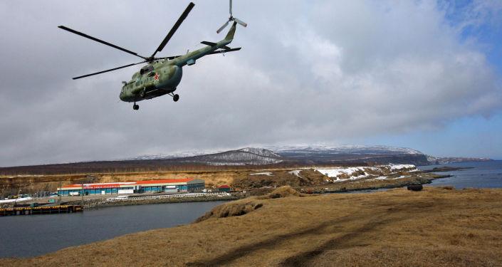 Śmigłowiec wojskowy Mi-8 na wyspie Iturup