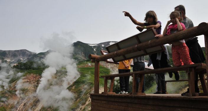 Turyści na placu widokowym w Dolinie Gejzerów w Rezerwacie Kronockim na Kamczatce