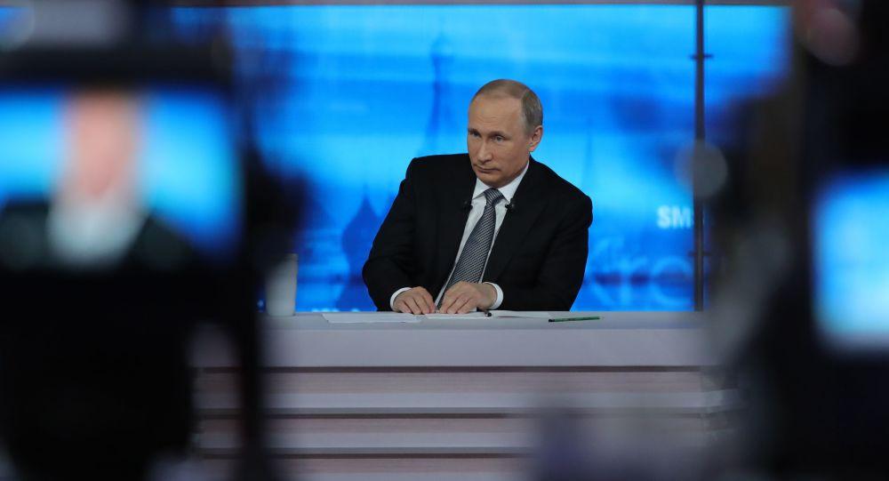 Prezydent Rosji Władimir Putin podczas gorącej linii