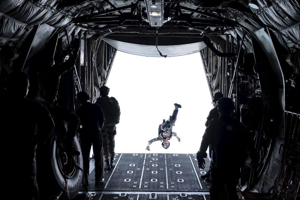 Żołnierz podczas skoku ze spadochronem, Indonezja