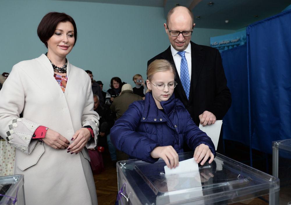 Premier Ukrainy Arsenij Jaceniuk z żoną Terezią i córką Sofią głosują na przedterminowych wyborach deputowanych do parlamentu Ukrainy