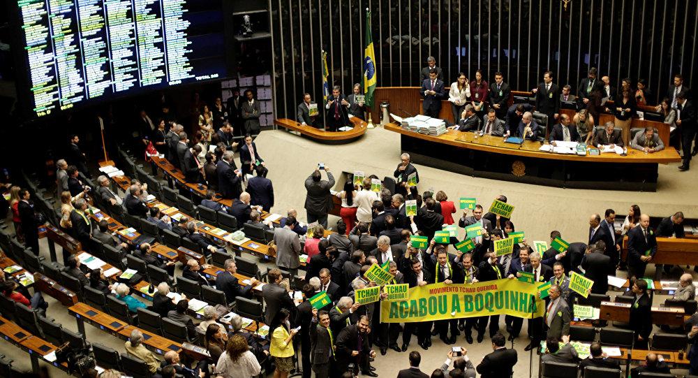Deputowani popierający impeachment prezydent Dilmy Rousseff w Kongresie Narodowym Brazylii