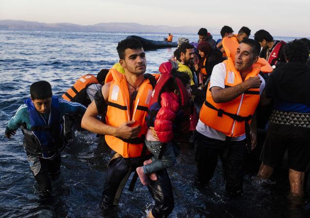 Imigranci z Bliskiego Wschodu wychodzący na brzeg greckiej wyspy Lesbos