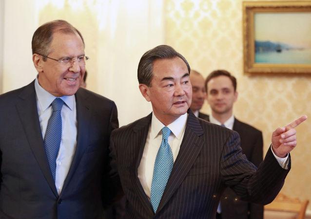Minister spraw zagranicznych Rosji Siergiej Ławrow i minister spraw zagranicznych Chin Wang Yi podczas spotkania w Moskwie