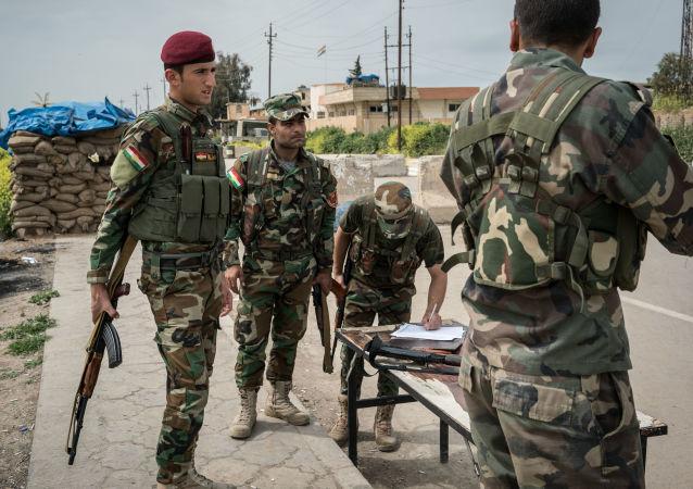 Członkowie kurdyjskiej zmilitaryzowanej formacji Peszmerga na północnym wschodzie Iraku