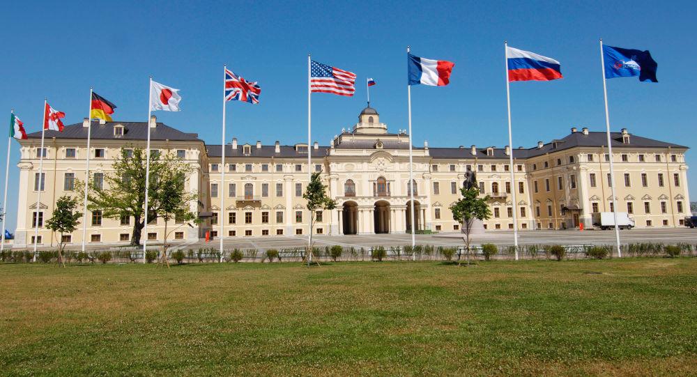 Flagi państw członkowskich G8 przed Pałacem Konstantinowskim pod Petersburgiem