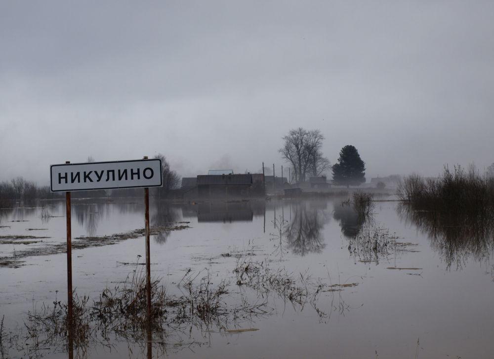 Powódź na wsi Nikulino w Wołogdzie