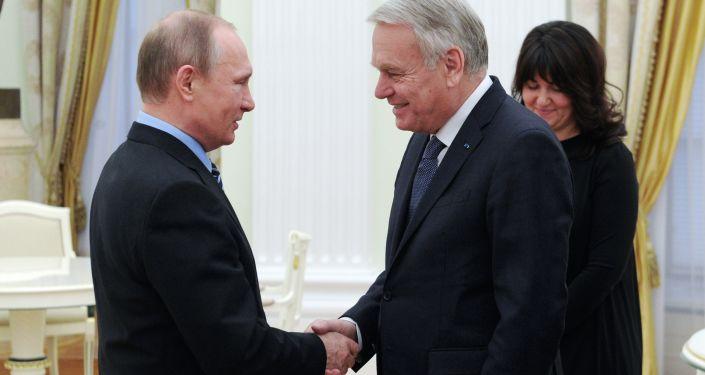 Prezydent Rosji Władimir Putin i szef MSZ Francji Jean-Marc Ayrault podczas spotkania na Kremlu