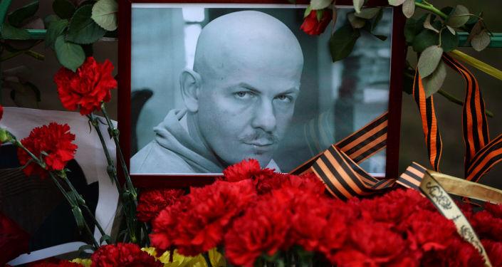 Kwiaty i znicze przed ambasadą Ukrainy w Moskwie na znak pamięci o Olesiu Buzinie