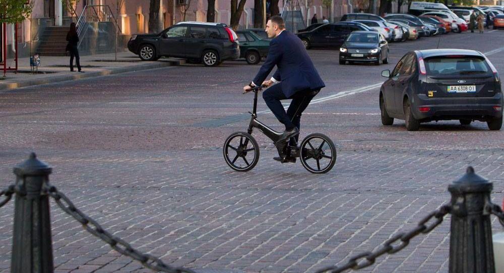 Mer Kijowa Witalij Kliczko na rowerze