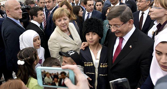 Kanclerz Niemiec Angela Merkel i turecki premier Ahmet Davutoglu odwiedzili jeden z obozów dla uchodźców w prowincji Gaziantep na południowym wschodzie Turcji