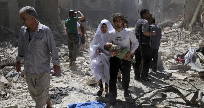 Syryjczycy wśród ruin po ostrzale kwartału Bustan Al Qasr w Aleppo