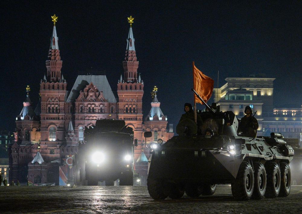 Transporter opancerzony BTR-82A podczas nocnej próby parady wojskowej na Placu Czerwonym.