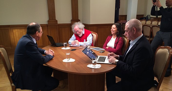Minister spraw zagranicznych Siergiej Ławrow i Margarita Simonjan, Aleksiej Wieniediktow i Siergiej Dorenko przed rozpocięciem wywiadu