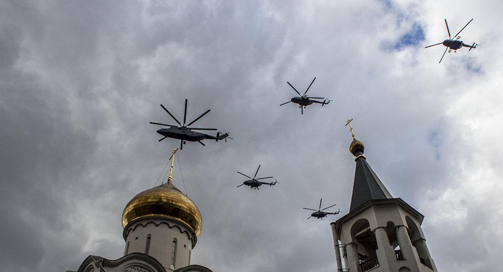 Śmigłowiec transportowy Mi-26 z grupą śmigłowców wielozadaniowych Mi-8