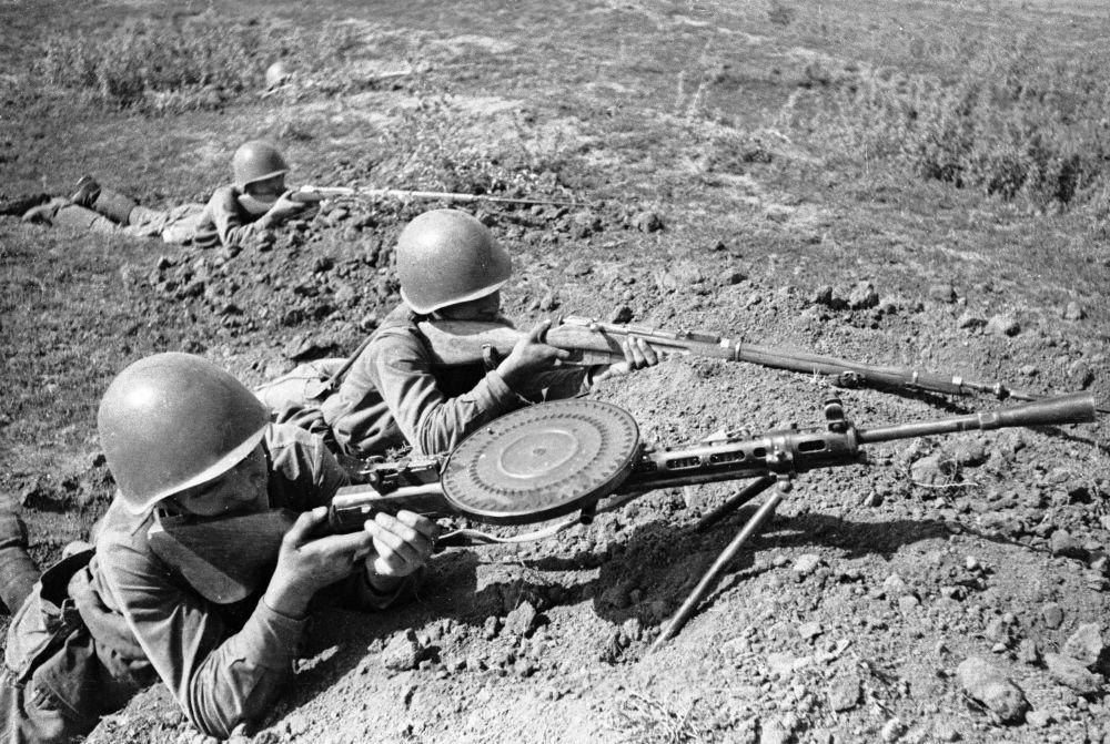 Podstawowym wsparciem ogniowym piechoty do końca Wielkiej Wojny Ojczyźnianej był karabin maszynowy RPD konstrukcji Wasilija Diegtiariowa. RPD był jednym z pierwszych egzemplarzy broni strzeleckiej produkcji radzieckiej.