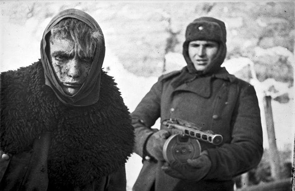 Głównym pistoletem maszynowym Armii Czerwonej w trakcie Wielkiej Wojny Ojczyźnianej był pistolet maszynowy PPSz (Pistolet-Puliemiot Szpagina, potocznie nazywany pepeszą lub pepeszką), który wyróżniał się niezawodnością i celnością. Na zdjęciu żołnierz radziecki z pepeszą konwojuje niemieckiego jeńca wojennego.