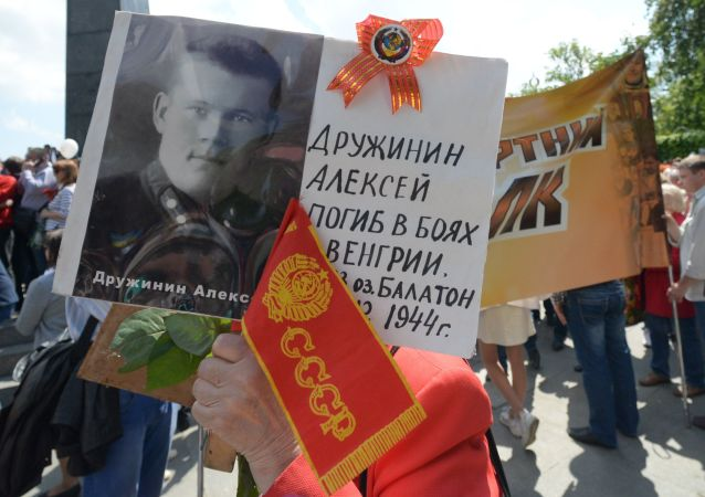 Uczestnicy akcji Nieśmiertelny Pułk w czasie pochodu ulicami Kijowa