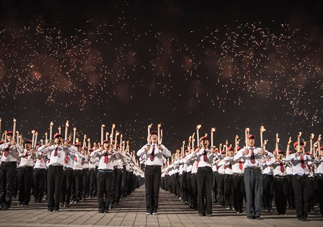 """Pjongjang: dziesiątki tysięcy młodzieńców z pochodniami tworzą slogany """"Songun"""", """"Kim Ir Sen"""" etc"""