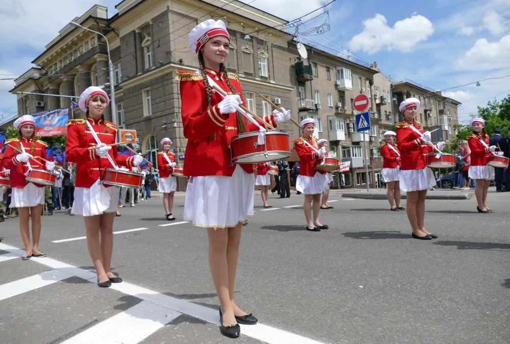 Uczestnicy uroczystego marszu poświęconego drugiej rocznicy ogłoszenia niezależności Donieckiej Republiki Ludowej.