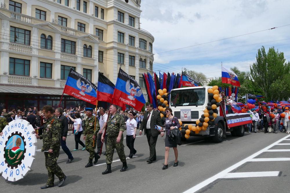 Główną ulicą Doniecka przejechały maszyny rolnicze i samochody ciężarowe z symbolami przedstawiającymi szczególne cechy rejonów DRL.