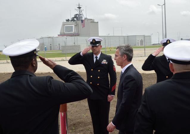Sekretarz generalny NATO Jens Stoltenberg na rumuńskiej bazie wojskowej w Deveselu