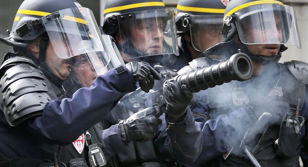 Rozgonienie demonstrantów przez policję w Paryżu