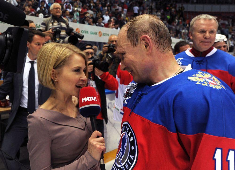 Prezydent Rosji Władimir Putin odpowiada na pytania dziennikarzy po meczu pomiędzy drużynami Gwiazdy NHL i Reprezentacja NHL